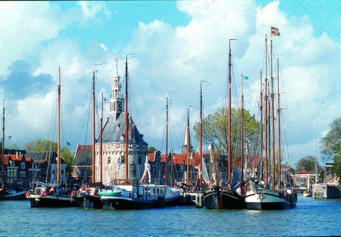 De haven van Hoorn, thuishaven van de Bontekoeraace